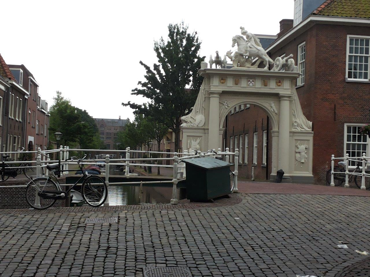 picture of the gate next to the old barracks in Leiden