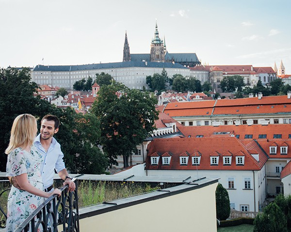 2 expats in Prague