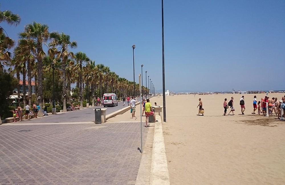 Valencia's long sandy beach - Retiring in Valencia Spain