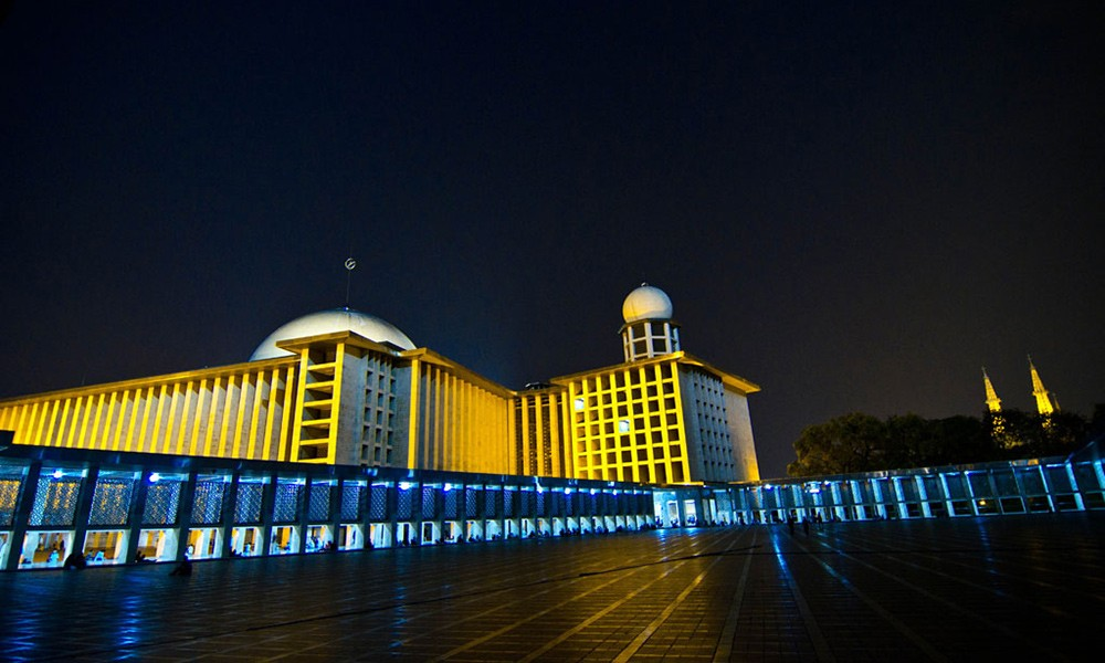 Things to do in Indonesia: visit the Istiqlal Mosque in Jakarta
