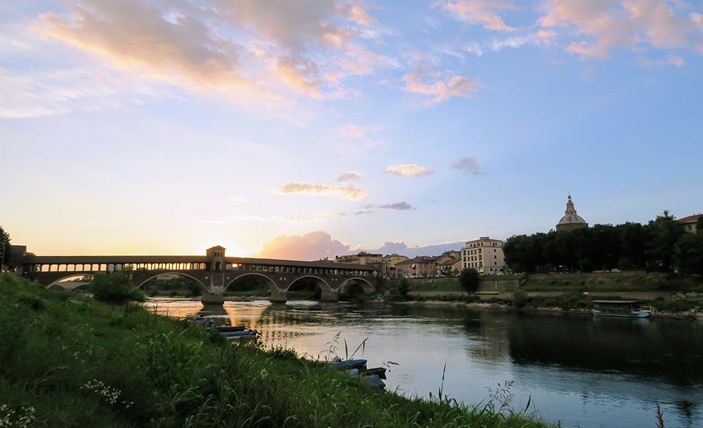 """Ką veikti Pavijoje: pasivaikščiokite per """"Ponte Coperto"""""""