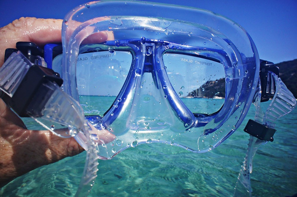 checking your mask - snorkeling tips for beginners